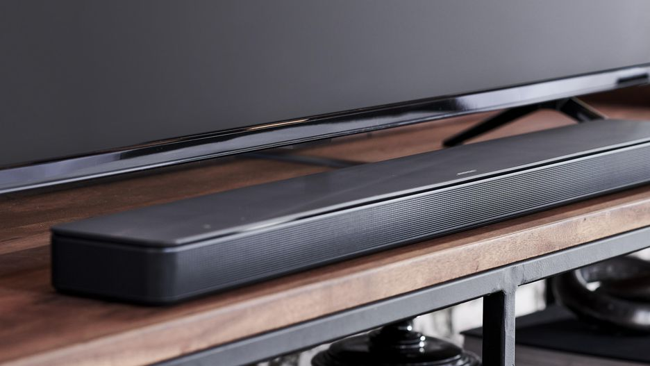 bose soundbar framför en tv